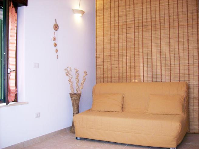 stanza-gialla-divano2